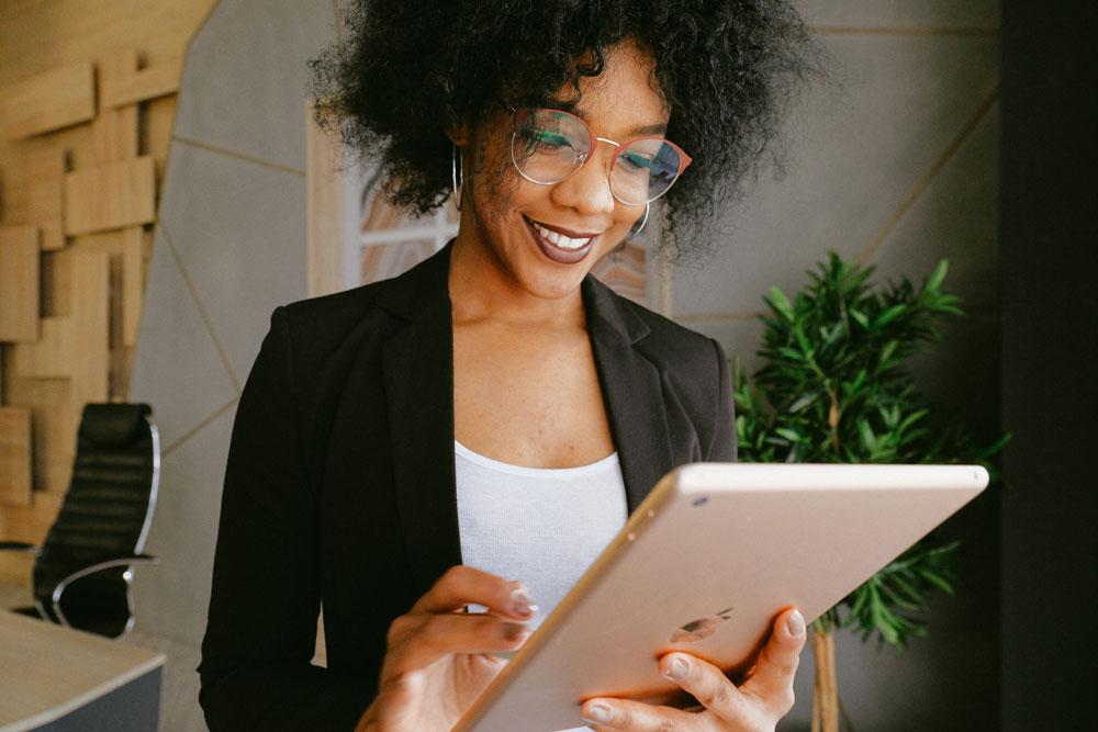 mujer leyendo en una tablet