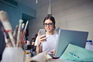 lead marketing, mujer recibiendo una notificación